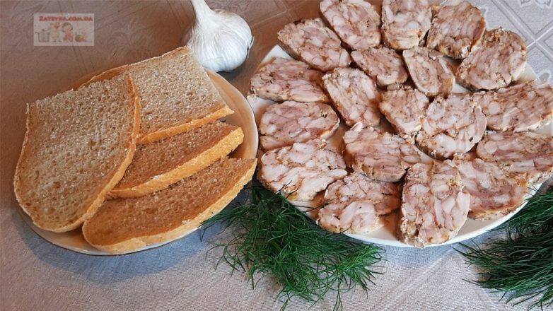 Очень просто и быстро можно приготовить домашнюю куриную колбасу! Вашего времени понадобится не больше 15 минут, все остальное сделает духовка!