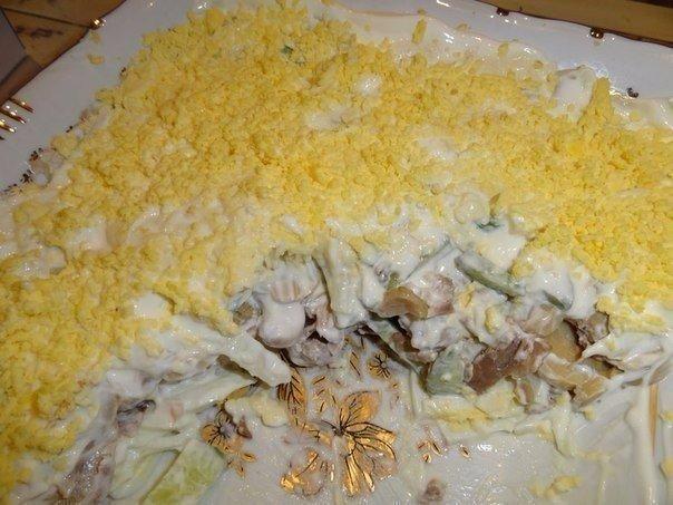 Салат из куриного филе, свежих огурцов и консервированных шампиньонов
