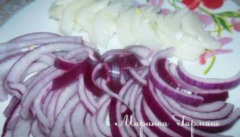 Это очень вкусный маринованный лук,подходит к салатам(винегрет,квашенная капуста и.т.д),шашлыку,первым блюдам,грибам.Имеет кисло-сладкий вкус,и совсем без горечи.