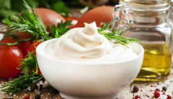 3 рецепта соусов, которыми можно заменить майонез