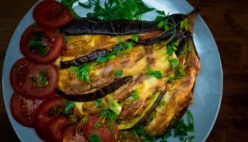 Баклажаны книжкой или веером, запечённые с сыром мясом и овощами — это очень вкусно, очень просто и очень красиво!