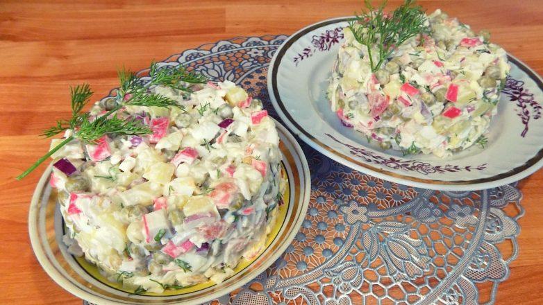 Для придания пикантного вкуса этому крабовому салату я добавляю в него плавленый сырок и немного чеснока