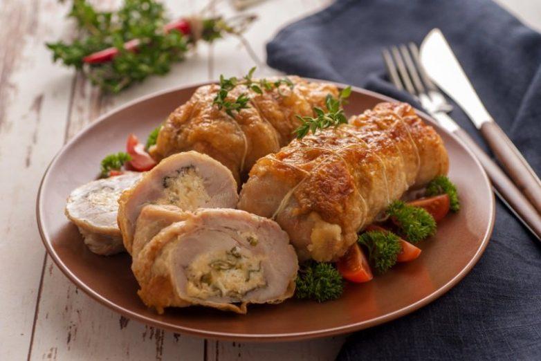 Куриный рулет в духовке — это лучшая альтернатива магазинным колбасам, как минимум, потому что ты знаешь, из чего готовишь рулет.