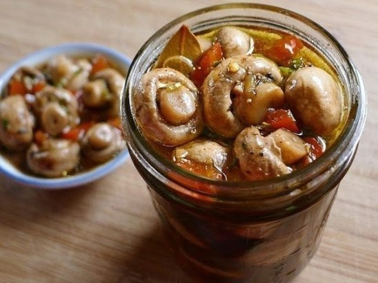 По этому рецепту шампиньоны получаются хрустящими и очень вкусными. Их не нужно консервировать. Уже на следующий день грибочки готовы!