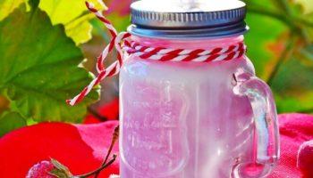 Милкшейк с пломбиром и ягодным сиропом, рецепт с фото