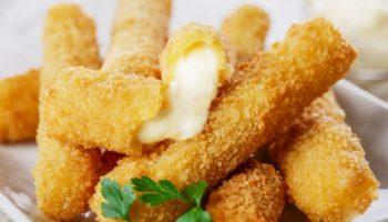 Хрустящие сырные палочки — бесконечно тянущийся жареный сыр фри в домашних условиях