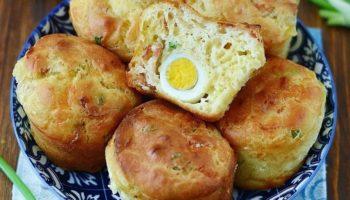 Сырные маффины с беконом, яйцом и зелёным луком