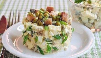 Салат из копченой скумбрии.