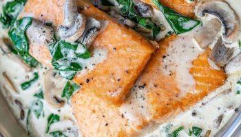 Филе лосося в сливочном соусе со шпинатом и грибами.