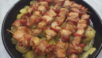 Куриный шашлык на шпажках с картошкой