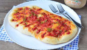 Лепешка с томатом и базиликом