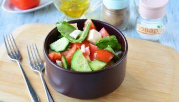 Салат с фетаксой и крабовыми палочками