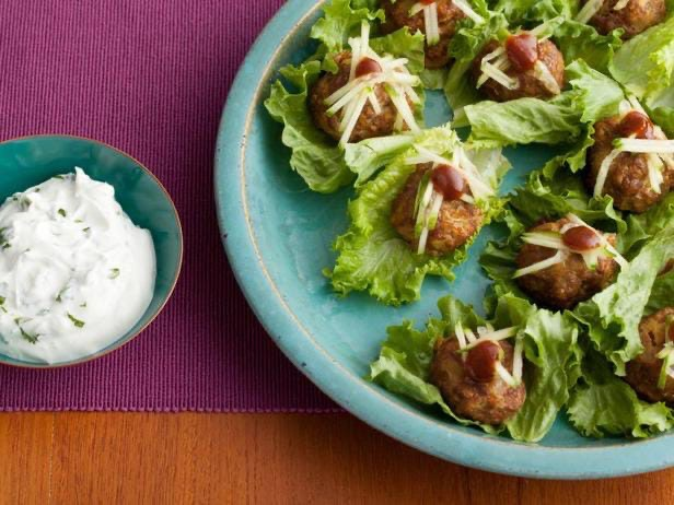 Фрикадельки тандури с йогуртовым соусом с кинзой