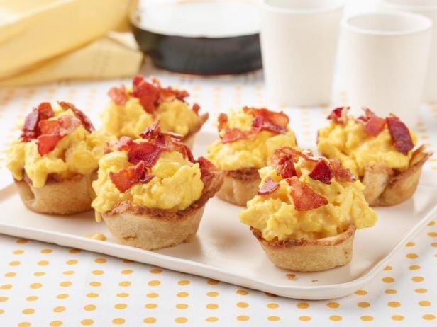 Хлебные тарталетки с яичницей, беконом и сыром