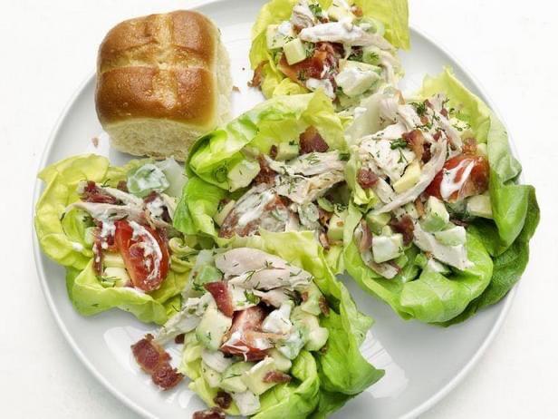 Простая закуска с курицей на листьях салата