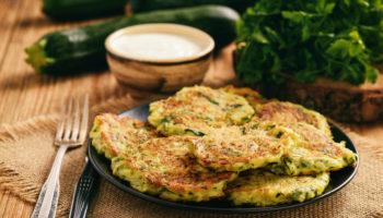Что приготовить на завтрак: кабачковые оладьи с зеленью