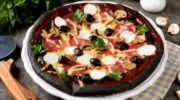 Пицца на черном тесте