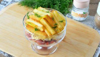 Салат с картошкой фри и колбасой