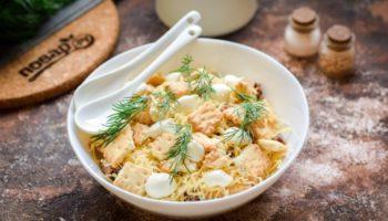 Салат с тунцом и крекерами