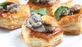 Слоеные тарталетки с курицей и грибами