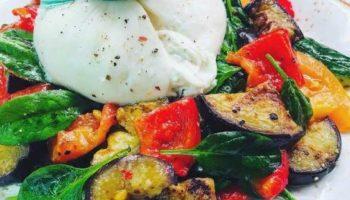Шикарный салат из печеных перцев и баклажанов