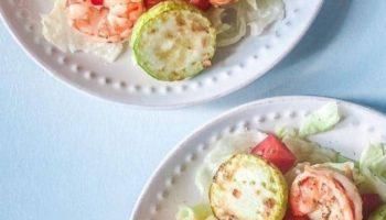 Вкусный теплый салат с креветками и кабачками