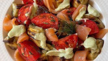 Вкусный салат с запеченными баклажанами, семгой и соусом