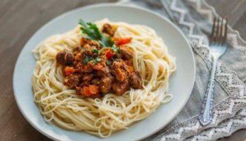 Спагетти с тушеной говядиной