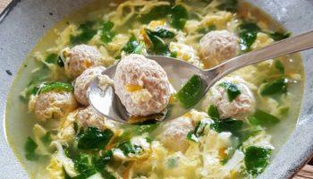 Суп со свежим шпинатом, яйцом и фрикадельками
