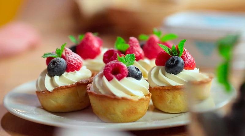 Творожные корзиночки с кремом и ягодами