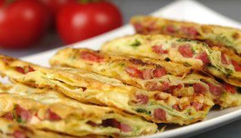 Закуска из лаваша с колбасой, помидорами и чесноком