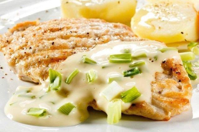 Куриное филе в сыpном coусе: белковый ужин!