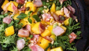 Тёплый салат из тыквы, с рукколой, беконом и кедровыми орешками