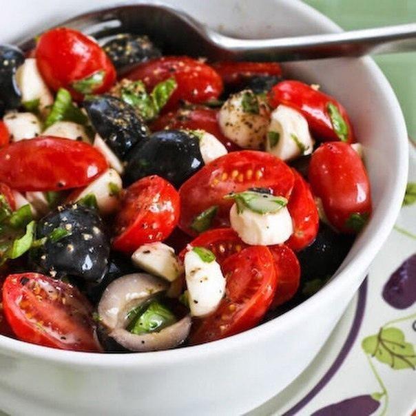 Легкий салат из помидоров, моцареллы и базилика с горчичной заправкой