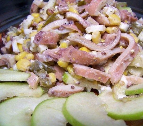 Салат с кальмарами, огурцами и яблоком