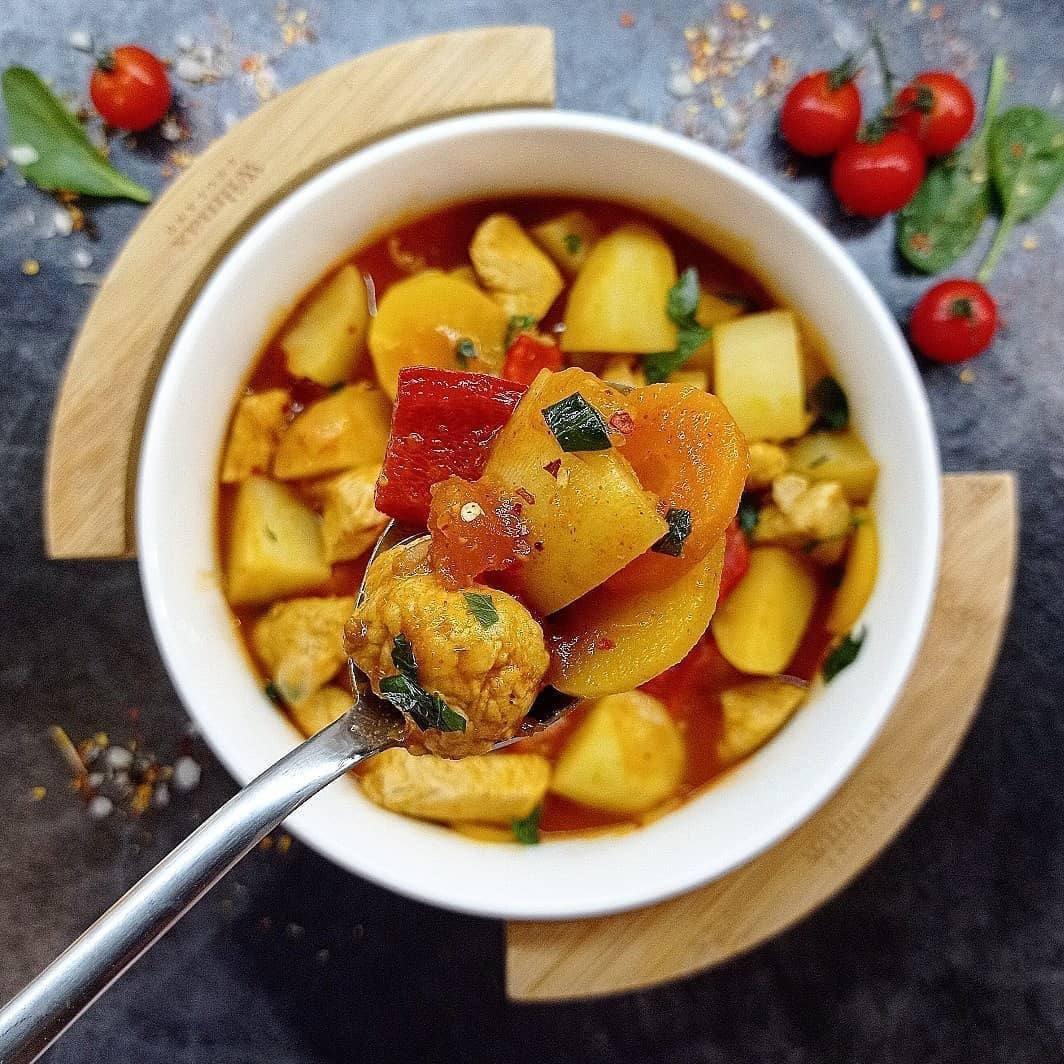 Рагу с индейкой и овощами в томатном соусе
