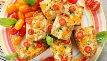 Тосты с помидорами, базиликом и сыром