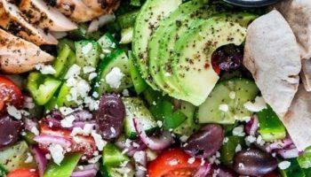Средиземноморский салат с курицей — гриль