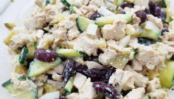 Салат с фасолью, курицей и огурцами