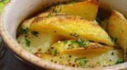 Картошка, тушенная с мясом в горшочке, вашему школьнику понравится.