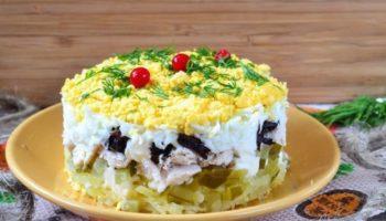 Салат «Торжество» с курицей и черносливом