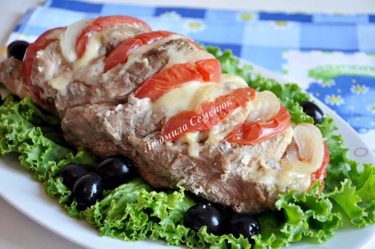 Шейка свиная, запеченная с помидорами и сыром